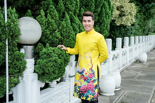Á vương quốc tế Hoàng Phi Kha khoe áo dài Việt Nam trên đường phố Đài Loan