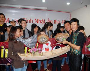 Hoài Linh được tặng cá khô dịp sinh nhật