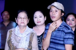 Hoài Linh tươi rói dẫn người thân đi xem show Vân Sơn