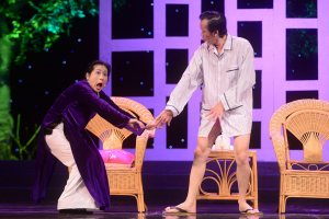 Hoài Linh diện mốt giấu quần trên sân khấu Hà Nội
