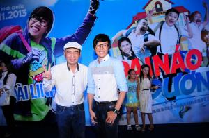 Hoài Linh nhí nhảnh xem phim cùng fan