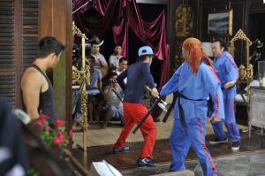 Hoài Linh múa rìu, gây náo loạn trên phố