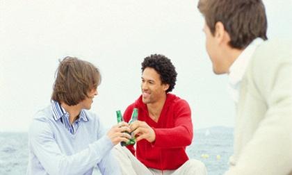 Họp lớp chàng trai 'nghèo' bị bạn bè coi thường, cuối tiệc mọi người nín lặng trước sự thật